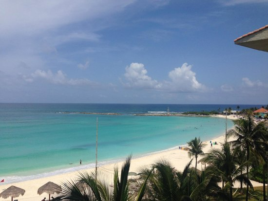 The Westin Resort & Spa Cancun: View of the gorgeous spectrum of Caribbean blues, as seen from my fifth (5th) floor ocean-view r