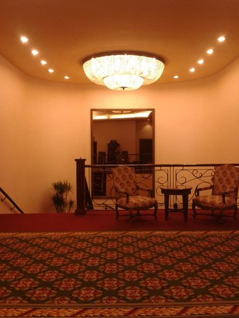 Crowne Plaza Santiago: hall, escaleras y espejo