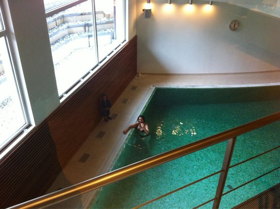 Grand Hotel Terme di Comano: La piscina interna vista dalla hole
