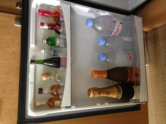 Hotel Amarano Burbank: stocked fridge