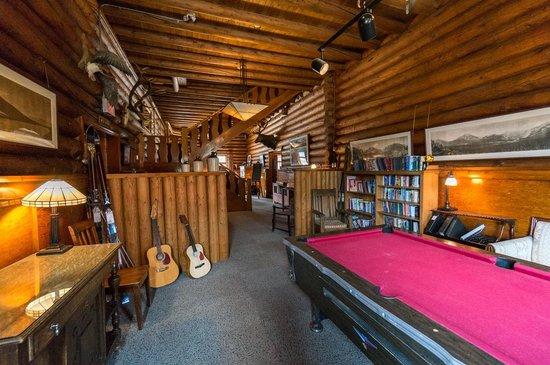 Num-Ti-Jah Lodge: Games and sitting room
