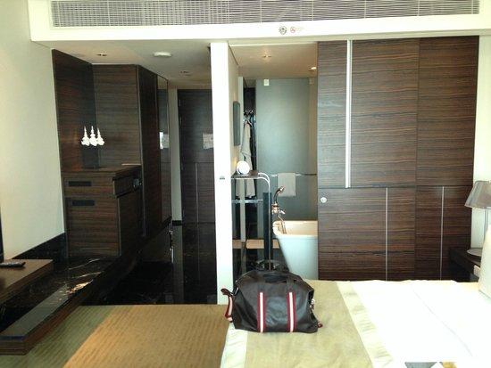 Le Meridien Bangkok: Room/bathroom