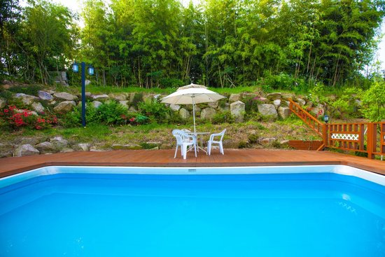 Bellus Rose Pension: Garden with outside pool