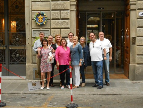 Hotel Orto De Medici: Me & my friends at the hotel entrance