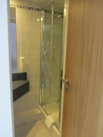 Holiday Inn Express Essen - City Centre: small shower stall, toilet behind door