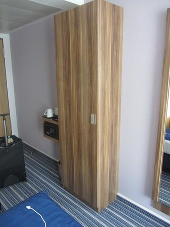 Holiday Inn Express Essen - City Centre : Small closet for hanging clothes. No drawers in room for folded clothes.