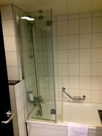 NH Frankfurt Airport: standard room - bathroom