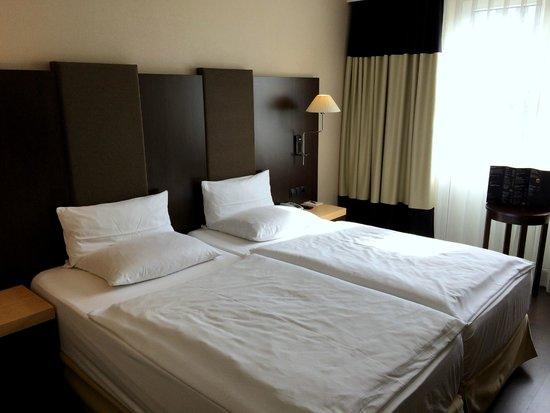 NH Frankfurt Airport: standard double room - bedroom