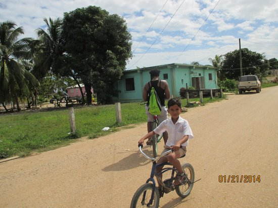 Belizean Dreams : biking in the city among the locals