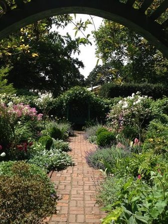 Deepwood Museum & Gardens : Shady alcove to hide in from the sun.