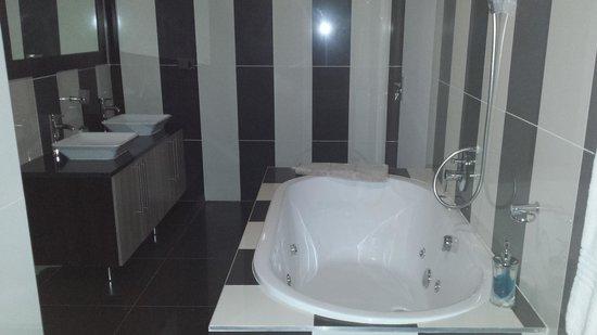 Ruby Stone Boutique Hotel: Bathroom...stunning!