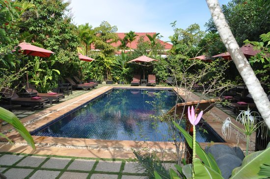 The Moon Boutique Hotel: PLeasant pool area with HOT (34°C ! ) water due to hot Cambodjan weather -)