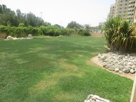 Hilton Al Hamra Beach & Golf Resort: Lawn area outside the room
