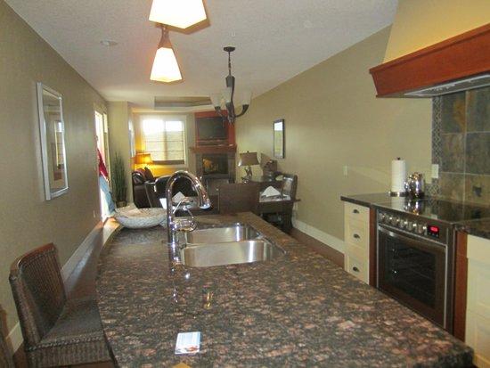Solara Resort & Spa - Bellstar Hotels & Resorts: kitchen and dining area