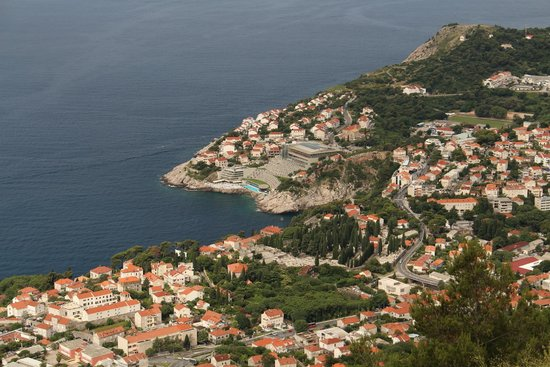 Hotel Dubrovnik Palace: Grey building in the center of this picture