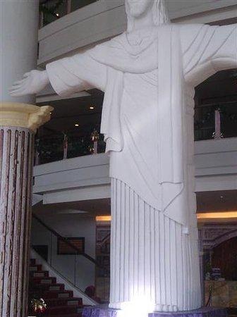 Grand Clarion Hotel & Convention Makassar: Replika patung Kristus Yesus di Rio De Janeiro
