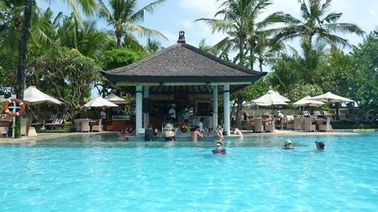 Padma Resort Legian: swim up bar