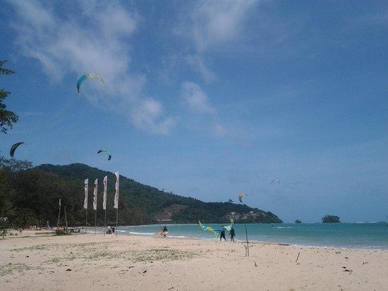 Dang Sea Beach Bungalow: lots of kite surfers