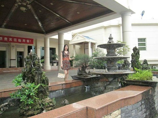 Heritage Halong Hotel: Outside