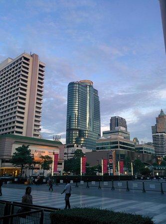 InterContinental Bangkok: 伊勢丹側から見た外観