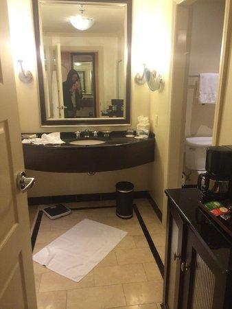 InterContinental Buckhead Atlanta: Bathroom Mirror