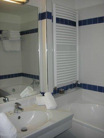 Club Hotel Regina e Fassa: Bagno con vasca