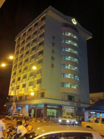 King Park Hotel Tawau : The hotel as seen at night