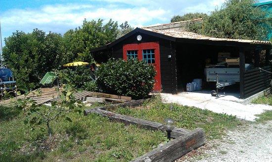 Restaurant Port Lauzieres: les encombrants à l entrée