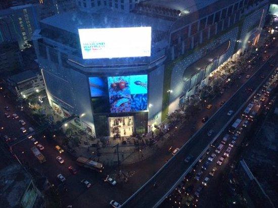 Novotel Bangkok Platinum Pratunam: Make shift stores opp hotel
