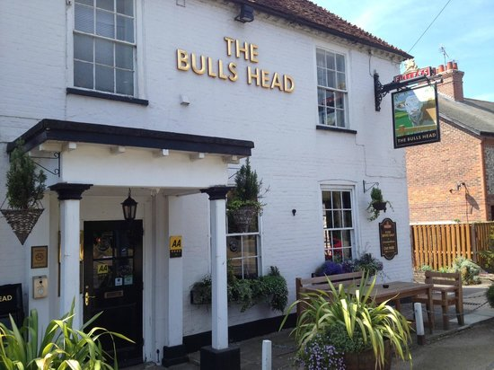 The Bulls Head: Front of Bulls Head from the main road