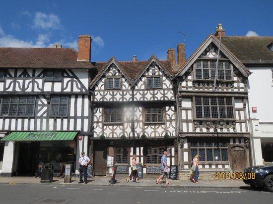 Stratford Town Walk: すてきな木造建築