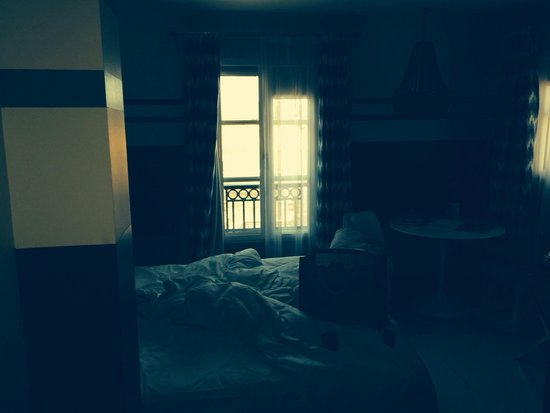 Hotel de Paris Saint-Tropez: The room... Dark and tiny