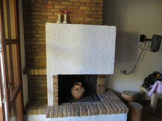 Kaminos Resort: Fireplace in the Room
