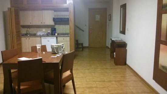Apartamentos Vistasur: downstairs sitting area/kitchen