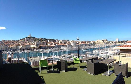 Hermes: Terrasse; im Hintergrund der Blick über Marseille