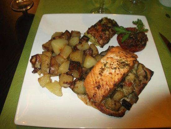 Le Curieux : Salmone su un letto di pasta sfoglia con verdure