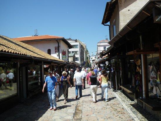 Bosanska kuca: Gata i närheten