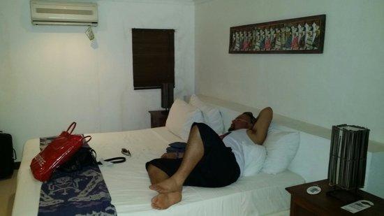 The Beach House Resort: Very big bed. Picture taken from door.