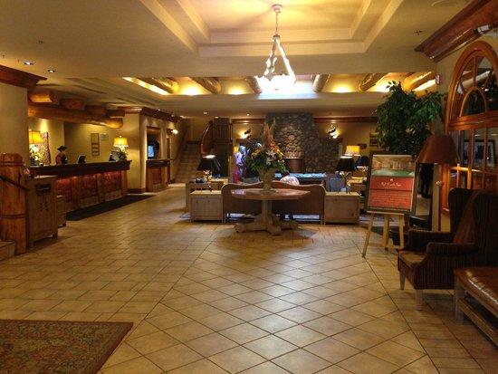 Banff Caribou Lodge & Spa: De hal van het hotel