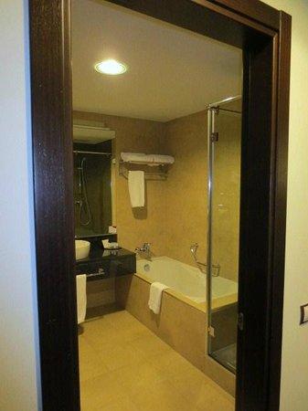Crowne Plaza Madrid Airport: 浴室
