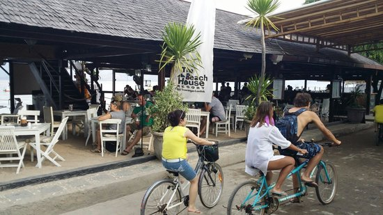 The Beach House Resort: The Beach House Bar taken from the front of the resort. Great food & excellent service. Bikes ar