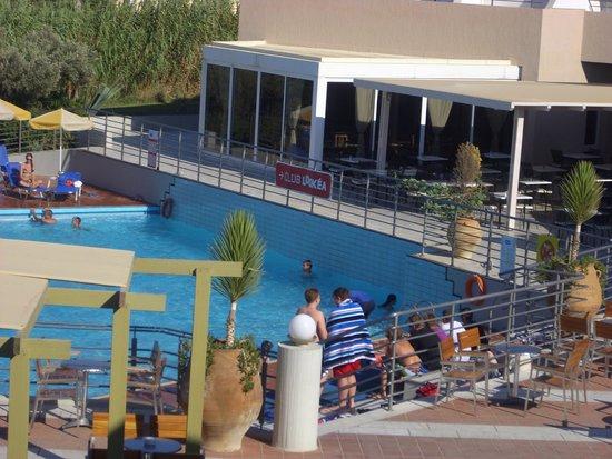 Santa Marina Beach Hotel : vue de la chambre sur piscine restaurant