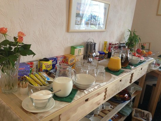 Rainbow Lodge: Buffet breakfast table