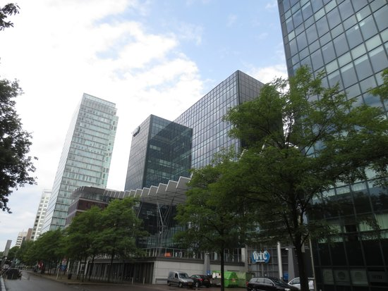Qbic Hotel Amsterdam WTC : Hotel Eingangsseite, dieser ist hier rechts (ausserhalb des Bildes)