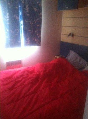 Camping Club Les Brunelles : chambre parents tot le matin