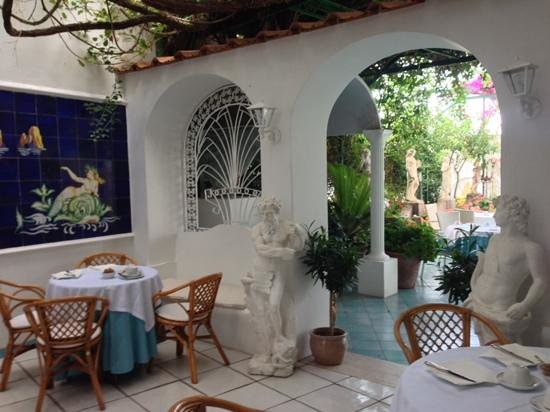 Hotel Gatto Bianco: a place in paradise to dine