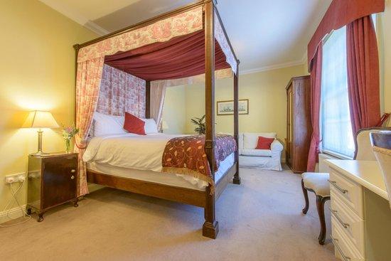Moortown Lodge: Elegant 4 poster Bedroom