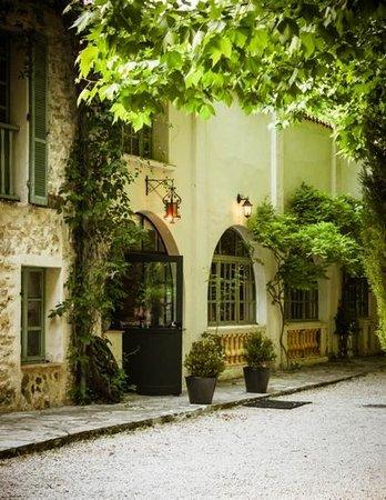 La Source : Genuine Provençale restaurant with guest rooms.