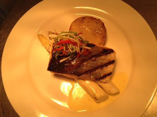 The Pig's Ear : Grilled salmon, white asparagus, bolangere potato's and bearnaise