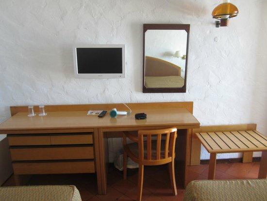 Hotel do Mar : televisión y mesa